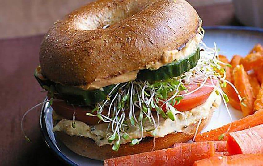 Sándwich de Hummus de garbanzos brotes y aceite de oliva