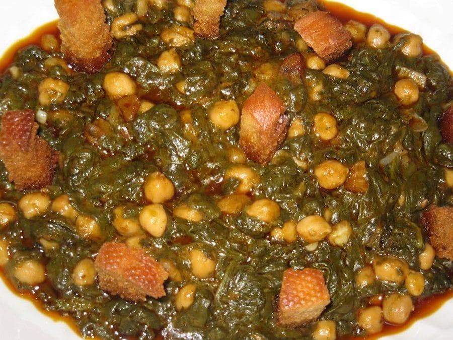 Espinacas con garbanzos y pan tostado un plato delicioso