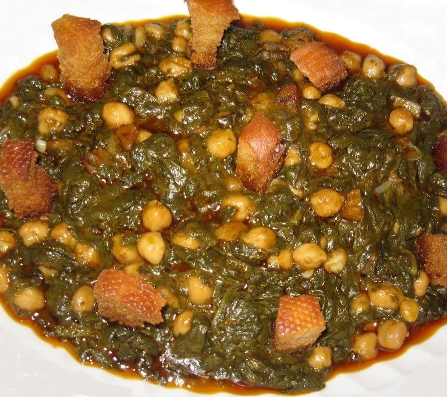 Espinacas con garbanzos y pan tostado un plato delicioso y muy nuestro. Receta con las propiedades de las espinacas que junto a los garbanzos y el aceite.