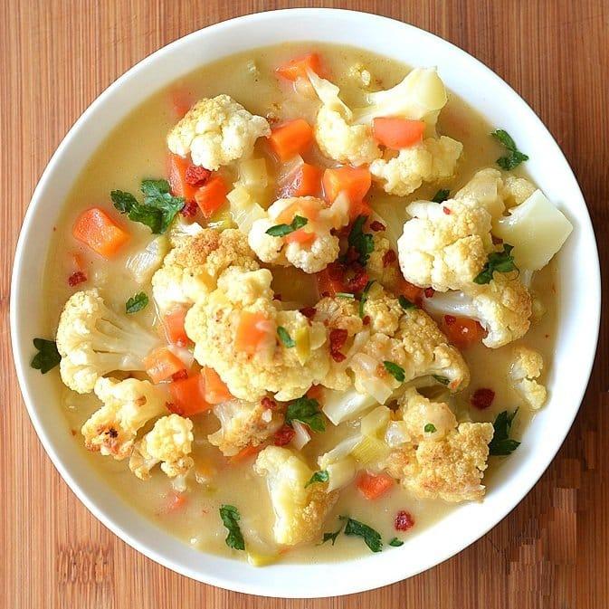 Sopa de coliflor con zanahoria, puerro y apio.